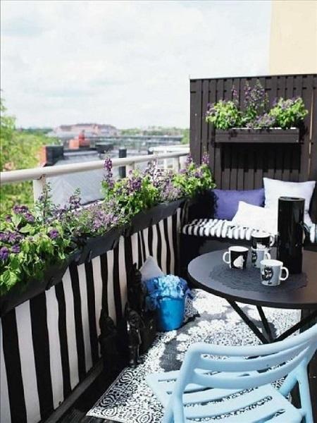 17-balcon mic amenajat in stil scandinav in alb negru cu accente bleu