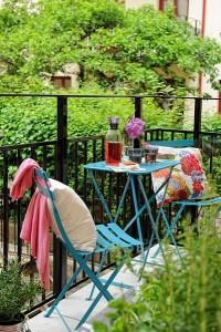 17-balcon mic si cochet dotat cu mobilier metalic de culoare albastra