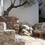 17-curtea mica a unei case pe insula Hydra Grecia