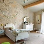 17-dormitor rustic fetita perete piatra naturala casa veche provence franta