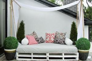 17-pat cu baldachin confectionat din paleti de lemn reciclati