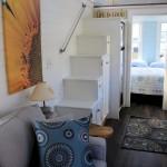 17-scara interioara ingusta compacta din dulapioare de lemn de diferite inaltimi