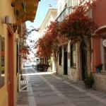 17-straduta din Nafplio cu case galbene portocalii si caramizii