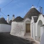 17-usa intrare casa veche din piatra trulli orasel alberobello italia