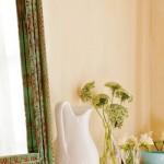 18-aranjament decorativ dormitor oglinda ulcior si flori proaspete