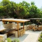 18-bar loc de luat masa si gratar in gradina casei de vacanta Akrothea