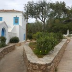 18-casa traditionala greceasca alba cu obloane albastre Spetses
