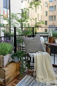 18-decor balcon mic dotat cu o masuta si doua scaune pliante