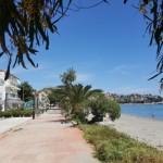 18-vedere de pe plaja spre dealul satului Paralio Astros