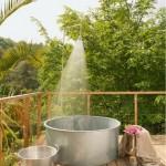 19-cada din tabla zincata baie in aer liber amenajata pe terasa ferma ecologica graines et ficelle