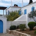 19-casa alba frumoasa cu obloane albastre insula Spetses Grecia
