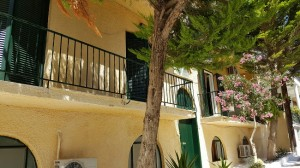 19-casa galbena cu obloane verzi in Tolo Grecia