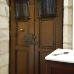 19-usi lemn masiv intrare camera hotel Archontiko Deliggianis Dimitsana