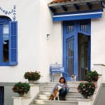 2-Ana Gispert pe treptele casei sale restaurate si renovate
