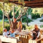 2-actorul Patrick Dempsey si familia sa in curtea casei din Malibu California