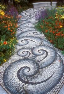 2-alee decorativa tip mozaic realizata din pietricele de rau