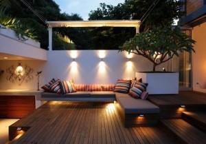 2-aplice exterioare montate pe gard pentru iluminarea unui spatiu de relaxare din curte