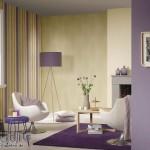 2-asortare tapet decorativ lila cu imprimeu in dungi cu tapet galben pal uni