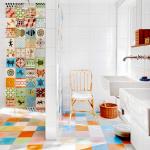 2-baie colorata cu peretii placati cu mai multe modele de faianta combinate
