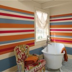 2-baie cu pereti vopsiti in dungi orizontale multicolore