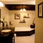 2-baie eleganta decorata cu polite tablouri si flori