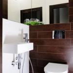 2-baie moderna cu peretii si pardoseala placate cu placi ceramice imitatie lemn maro inchis