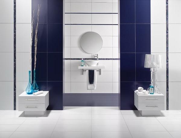 2-baie moderna in alb si albastru brauri decorative orizontale perete lavoar si oglinda