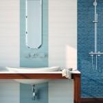 2-baie moderna in alb si bleu combinatie decorativa faianta lavoar si oglinda