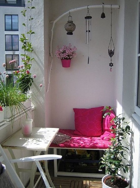 2-bancuta si masuta in balcon amenajat in stil nordic