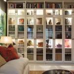 2-biblioteca alba cu usi din sticla decor living modern decorat in gri