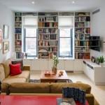 2-biblioteca mare si incapatoare proiectata in jurul ferestrei din living