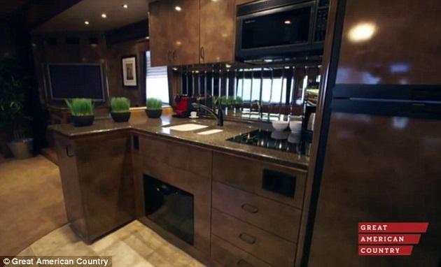 2-bucatarie de lux in valoare de 60000 USD interior rulota de 1 milion USD proprietar Brad Pitt