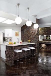 2-bucatarie moderna cu mobila alba si pereti placati cu piatra de rau