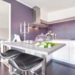 2-bucatarie moderna minimalista perete mov si mobila alba