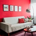 2-canapea alba pe perete de accent rosu living