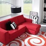 2-canapea de culoare rosie living amenajat in alb