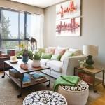 2-canapea si pufuri crem in decorul livingului mic open space