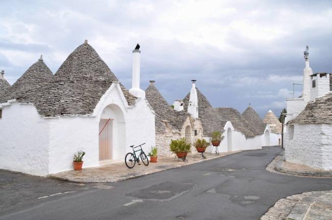 2-case din piatra varuite cu acoperisuri conice trulli sudul italiei