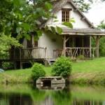 2 casuta din lemn construita pe malul unui lac din Dordogne Franta