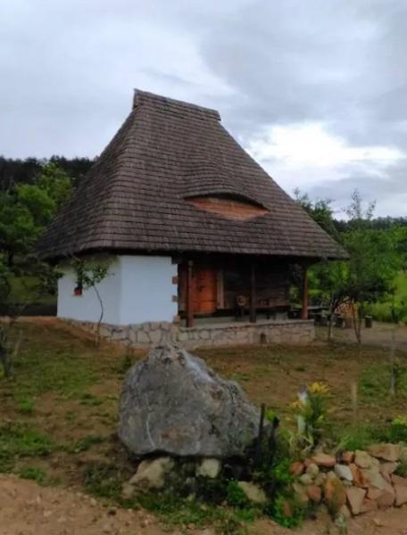 casuta traditionala romaneasca acoperis sindrila lemn cu lucarna