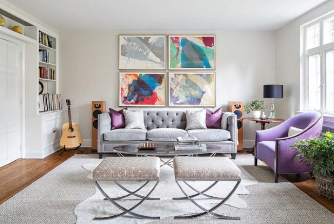 2-colaj decorativ din tablouri abstracte montate pe peretele din spatele canapelei din living