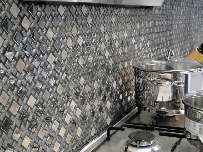 2-combinatie de mozaic de piatra in finisarea peretelui din zona blatului de lucru din bucatarie