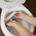 2-curatarea murdariei din vasul de toaleta cu prosoape de hartie imbibate in otet