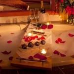 2-decor romantic baie cu lumanari si flori de sfantul Valentin