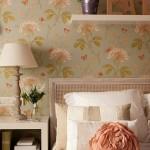 2-detaliu-decorativ-peretele-de-la-capul-patului-din-dormitor-imbracat-cu-tapet-floral