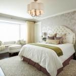 2-dormitor clasic modern decorat cu tapet elegant crem cu imprimeu floral