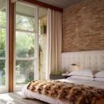2-dormitor-elegant-cu-note-clasice-si-cu-perete-placat-cu-caramida-aparenta