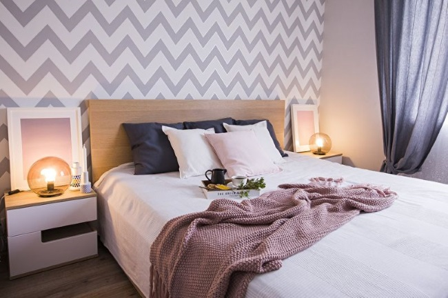 2-dormitor modern cu tapet alb si gri model chevron pe perete