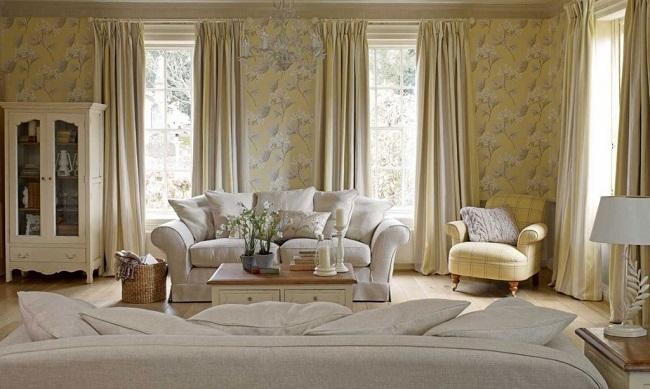 2-draperii asortate cu imprimeul decorativ de pe tapetul aplicat pe perete