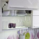 2-dulapuri suspendate bucatarie moderna amenajata in alb si lila